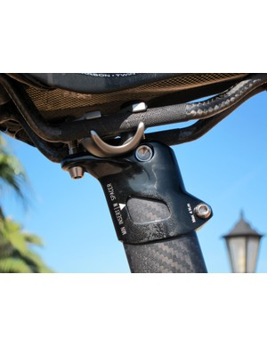 An updated seatmast head on the Giant TCR Advanced SL now accommodates -25mm or +5mm offsets just by flipping the clamping cradles around.
