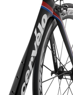 The down tube uses an airfoil profile through the upper section but the trailing edge is squared off for smoother airflow around bottles.  According to Cervelo, riders running just a single bottle can save an additional 15g of drag just by using the lower set of mounts.