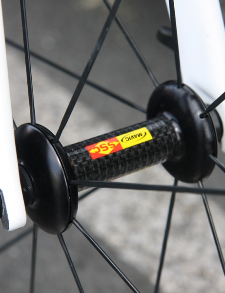 The new Mavic CXR 80 uses a carbon-bodied front hub with aluminum flanges and straight-pull bladed stainless steel spokes
