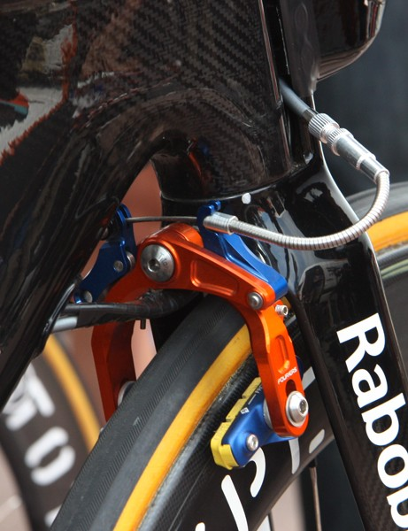 Rabobank's Giant Trinity Advanced SL time trial bikes continue to use their unique cam-operated single-pivot front brakes