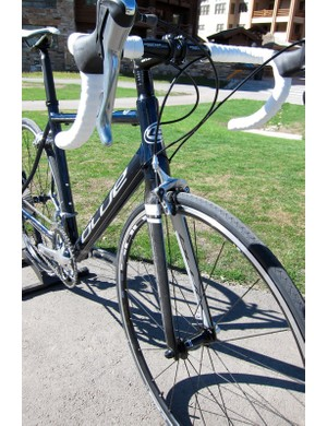 The Axino AL sports a 1-1/8in to 1-1/2in tapered head tube and all-carbon fork