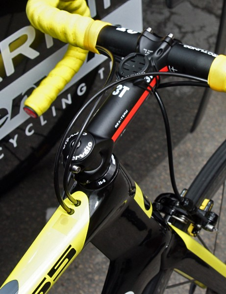 Cables are fed into the top of the top tube on Thor Hushovd's (Garmin-Cervélo) yellow-accented Cervélo S5