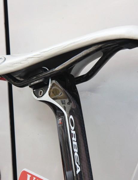 Orbea's Orca seatpost can be used with either Selle Italia's proprietary Monolink single-rail saddle system or standard rails. Samuel Sanchez (Euskaltel-Euskadi) has chosen the latter here