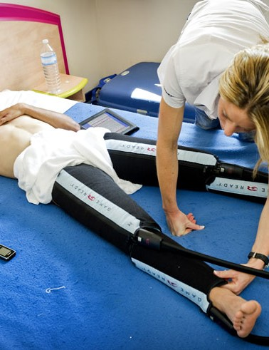 Hoogerland gets some cold compression treatment on his legs
