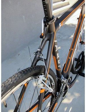 Wide-profile Tektro cantilevers are included on the Felt F4X