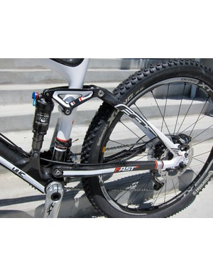 Felt's FAST rear suspension system takes advantage of the carbon fiber rear triangle's built-in spring to help keep the suspension at its sag point and maintain good pedaling efficiency