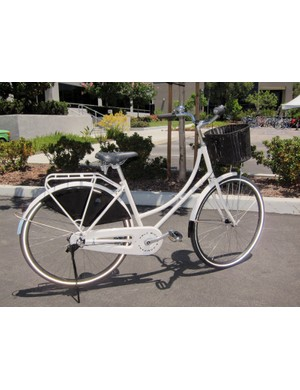 The women's-specific Felt Verza Regency is modeled after typical commuter bikes used in Holland