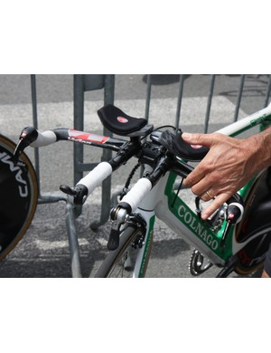 Many Campagnolo-sponsored riders are still using the old time trial shifters, as seen on this Europcar Colnago Flight