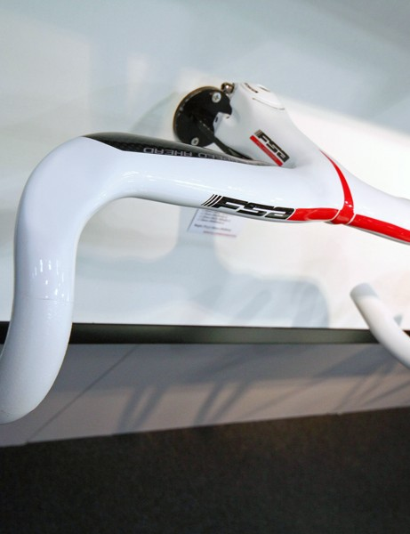 Updated graphics and white option for the Plasma one-piece road bar and stem
