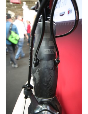Internal cable routing on the Cayo Evo head tube features integrated adjusters