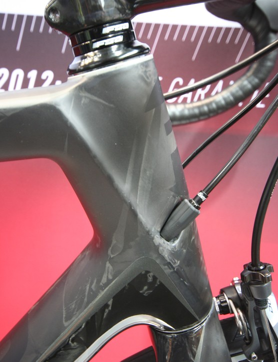 The angular shape of the head tube flows into the dedicated fork