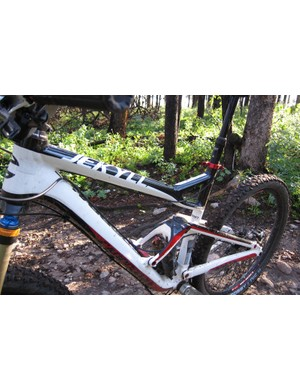 The sloping and braced top tube provides excellent stand over clearance