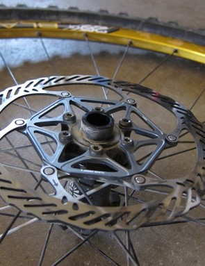 The front hub is compatible with all front hub standards, via supplied end caps