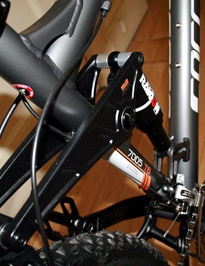 Four-bar Horst link suspension with Suntour Radion rear shock on the Banshee