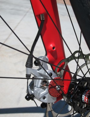 The Volagi Liscio frame features guided internal routing for the front and rear brake cables but the routing is awkward with tighter bends than we'd prefer, which also makes it trickier to properly set the caliper positions