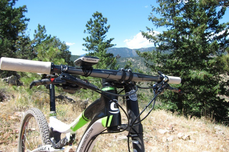 Truvativ's Noir T30 10s bar is 700mm wide and flat to keep the big wheeled bike's front end low