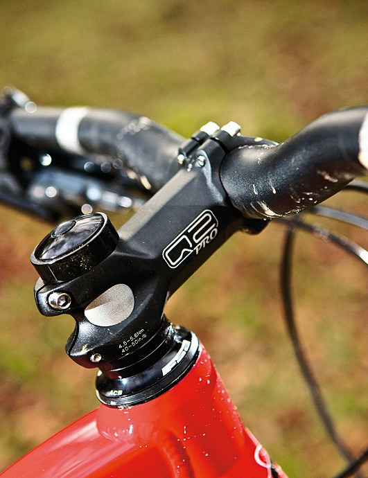 The Q2 stem and Truvativ bar are well proportioned