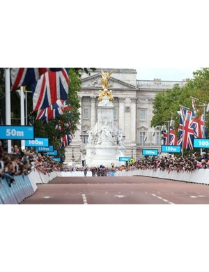 The bunch comes around the final corner in front of Buckingham Palace