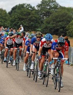Alex Dowsett drives the bunch to pull back the leaders