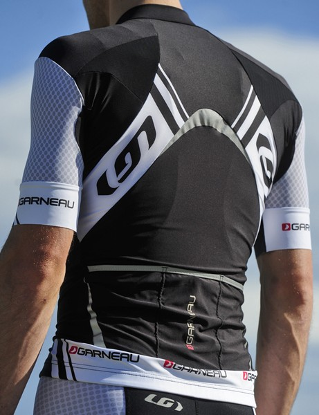 Louis Garneau hasn't sacrificed practicality for performance, either. Reflective panels are placed at the center of the back and the top and sides of the rear pockets for unusually good night-time visibilty for a high-end jersey