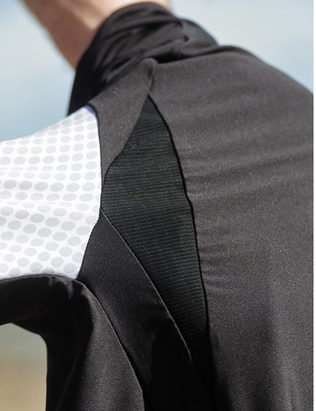Extra stretchy panels at the front and back of the shoulder contribute to the tight-yet-comfortable fit on the Louis Garneau Mondo jersey