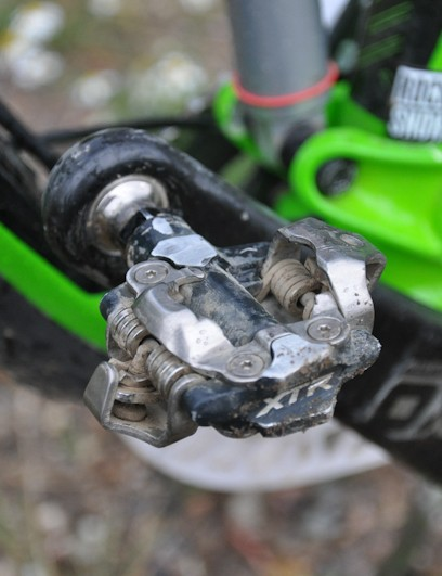 Schnell opts for Shimano XTR M980 pedals over the platform-style XTR M985 Trail version