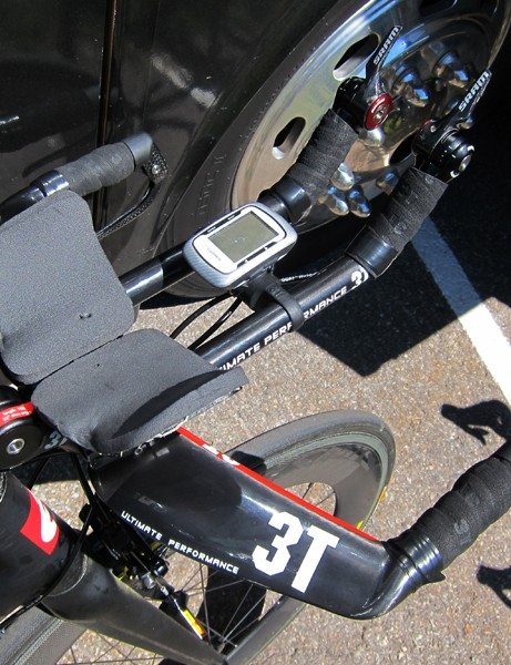 Christian Vande Velde (Garmin-Cervélo) uses a very narrow armrest pad setup