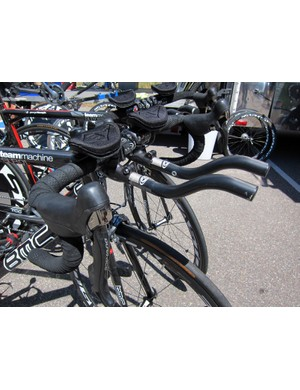 Easton's clip-on aero bars offered up a convenient hybrid setup for this BMC rider