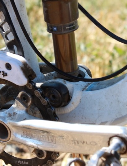 The lower co-pivot serves to mount the shock with the same axle that runs the main linkage