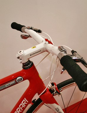 The mountain bike style riser bar gives a comfortable cruising position on the Colnago for Ferrari CF9