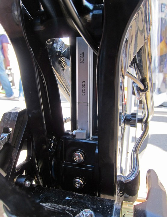 The seat tube mounted stainless steel rail on the new Yeti 303 WC allows for a very precisely controlled wheel path