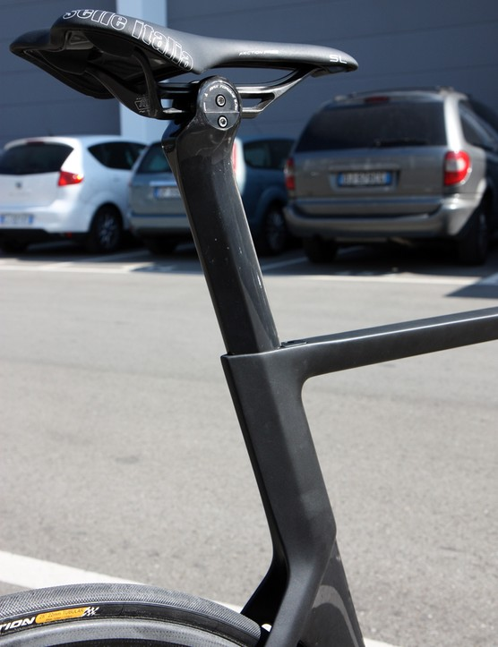 The wedge-type seatpost binder makes for cleaner lines