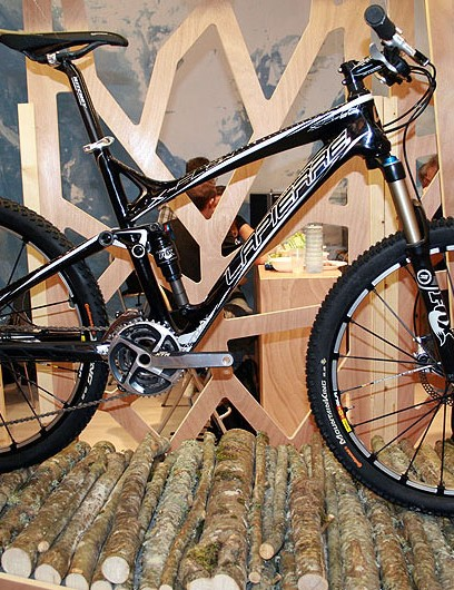 The new 120mm-travel Lapierre X-Flow replaces the X-Control. Pictured here is the top-of-the-range full-carbon 912 model. Six other complete bikes are available, including the alloy 312