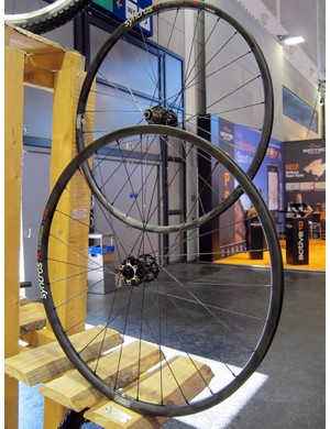 Syncros's new FL Carbon wheels feature a tubeless-compatible carbon rim in 26in and 29in sizes