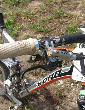 Kona's own Race Light lock-on grip and Shimano's XTR 'Trail' brake lever