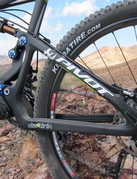 The fully enclosed carbon rear triangle is very rigid with good tire and mud clearance