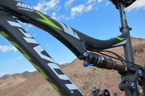 Cables are run along the underside of the top tube
