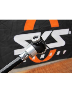 The SKS Spaero mini-pumps use extendable hoses with thread-on heads.