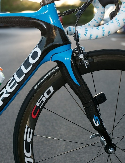 The familiar profile of the Onda fork remains, but beefed up on the drive side, and more aerodynamic.