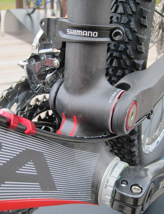Though not quite as obvious as the aluminum version, the bottom bracket/main pivot are still laid in the carbon version as a unified piece