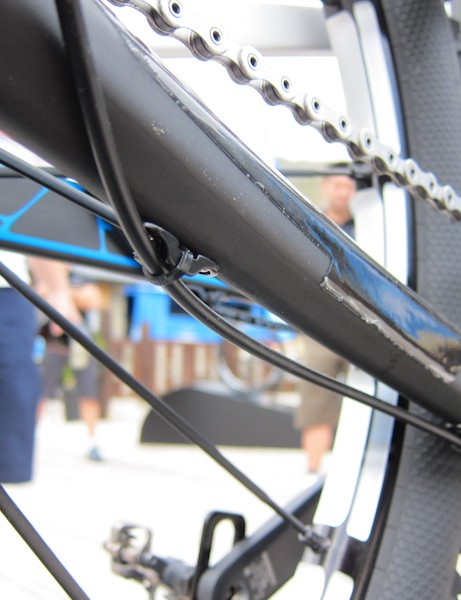 Rear derailleur cable routing is stop-free, relying on one continuous piece of housing instead