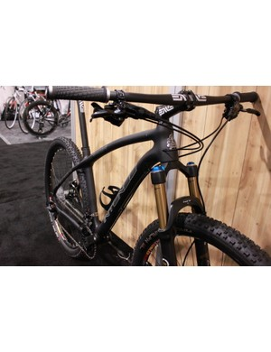 The hardtail routes its derailleur cables internally