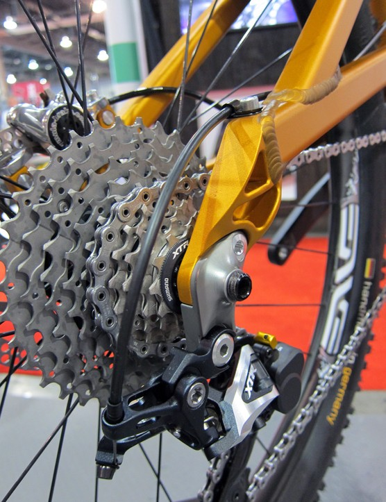 Turner has neatly integrated the thru-axle threads into the replaceable rear derailleur hanger, making that piece stronger in the process while also cutting down on the number of separate parts.