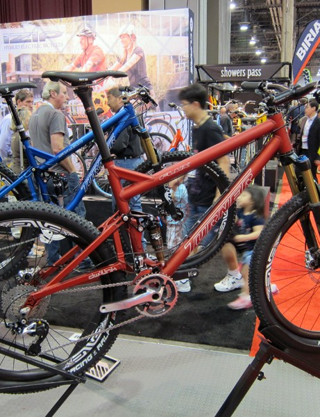 The short-travel Turner Flux gets a new anodized color and a new 44mm-diameter head tube for 2012.