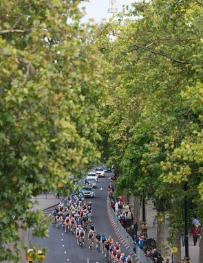 Stage 8b: The peloton with St Pauls Cathedral in the distance