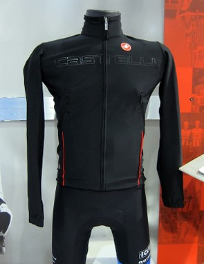 The Castelli Aero Rain Lite LS jersey blends the trim fit of a high-end jersey with the wind and water protection of a jacket