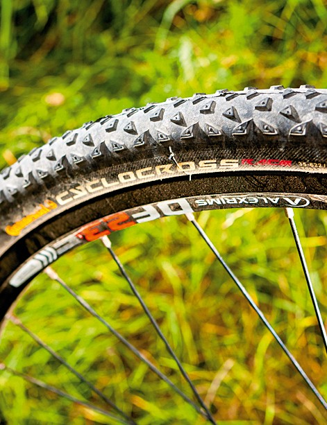 The 32-spoke wheels and 35mm tyres cope with all surfaces