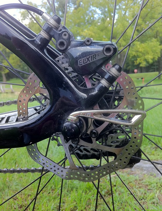 Avid Elixir 5 SL brakes and HS-1 rotors handle the braking at the rear...
