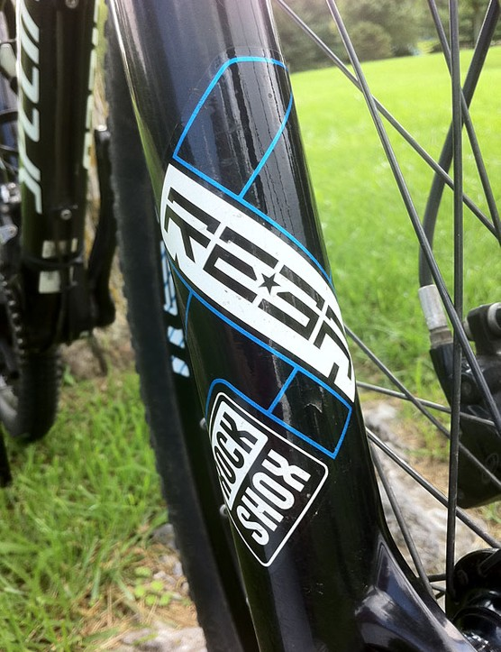 The RockShox Reba RL29 fork's graphics match the frame colors