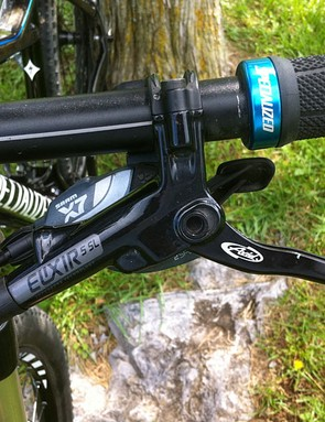Avid Elixir 5 SL hydraulic brake levers are paired with SRAM X7 10-speed shifters
